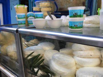 シャウエンの特産・ヤギのフレッシュチーズとパンの画像