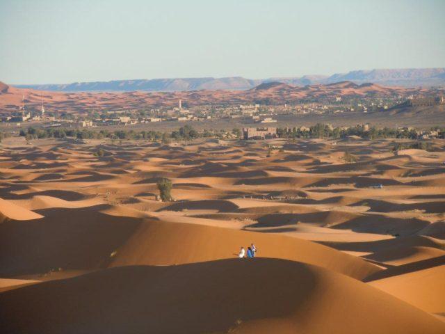 モロッコ・メルズーガ砂漠らくだツアーの途中