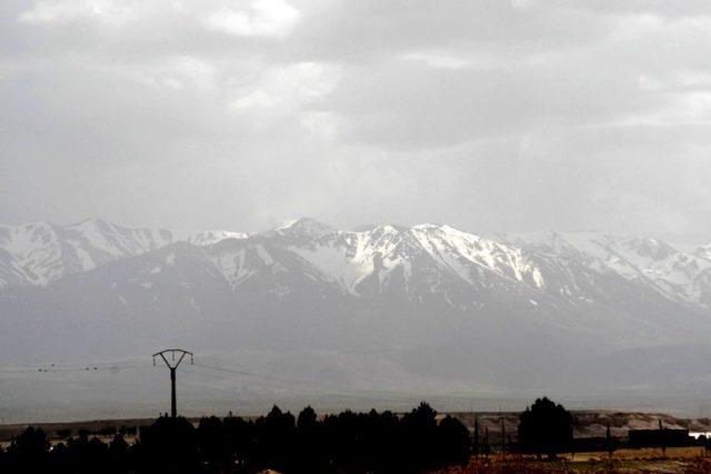 モロッコ 現地ツアーで砂漠に向かう途中、アトラス山脈を望む