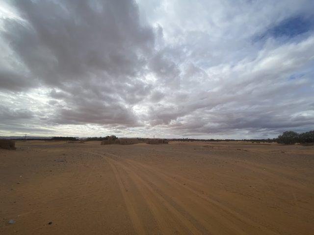 モロッコの砂漠を進む